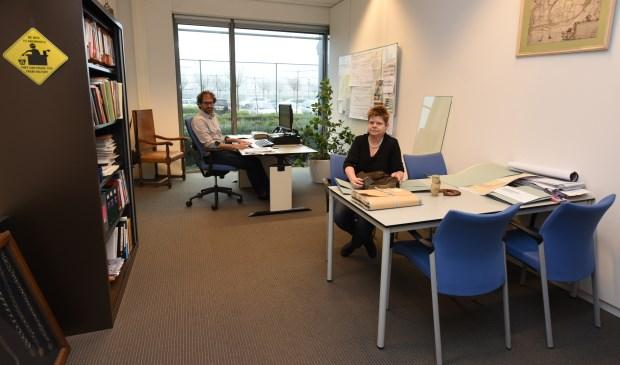 Fred van den Kieboom en Annet Kuipers van het gemeentearchief moeten in de toekomst waarschijnlijk wijken voor huurders van buiten.