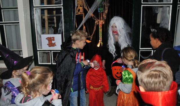 Aan de laatste griezeltocht in Oud-Vossemeer deden zo'n 200 kinderen mee.
