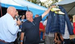 Ruud Cogels met de schoenen en een jas. Links wedstrijdspeaker en oud-Setallander Luuk Blom. Foto: Wim Fase.