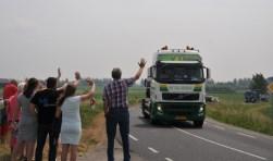De stoet rijdt bij Oud-Vossemeer de Hiksedijk op.