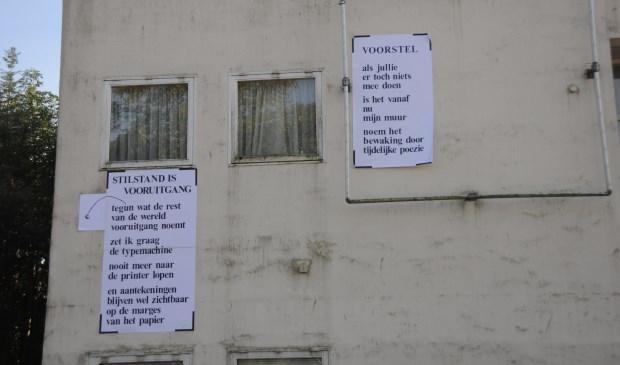 Gedichten op gevel voormalig arbeidsbureau in Sint-Maartensdijk.