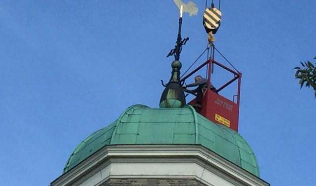 De haan is terug op de toren van de kerk.