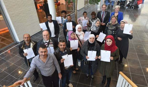 Een gedeelte van de ondertekenaars samen met locoburgemeester Peter Hoek, Sylvia Rook en Hilde Wielaard van Vluchtelingenhulp Tholen.
