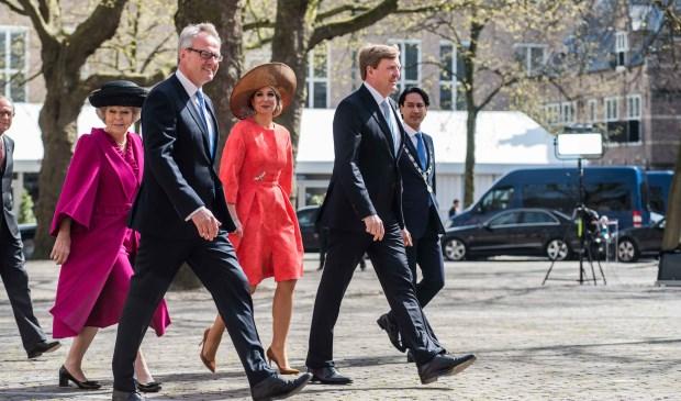 De koning, koningin, prinses Beatrix (links), commissaris van de koning Han Polman (tweede van links) en de burgemeester van Middelburg (uiterst rechts). Slechts gedeeltelijk zichtbaar is Jack Asselbergs. De foto is in 2016 genomen bij de uitreiking van de Four Freedoms Awards.