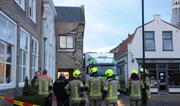 Hotelier en chauffeur bekijken samen met de brandweer de ravage.