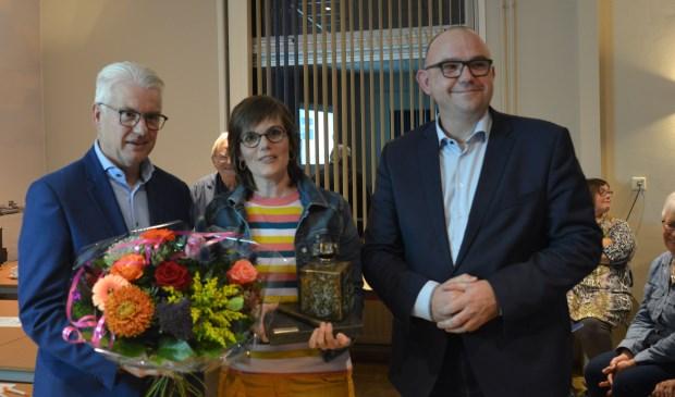 Louise van Gorsel kreeg de wisseltrofee uit handen van wethouder Frank Hommel. Rechts staat presentator Jaap Hage.