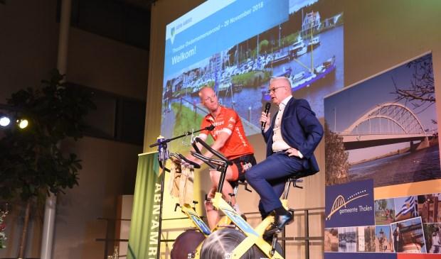 Wethouder Frank Hommel en dagvoorzitter Bas ter Stege (links) openen de ondernemersavond.