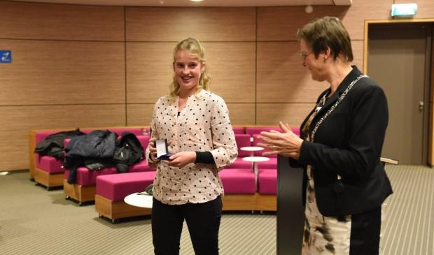 Olga van Vossen en burgemeester Ger van de Velde.