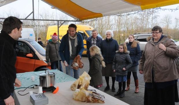 De Oranjevereniging Scherpenisse verkoopt oliebollen.