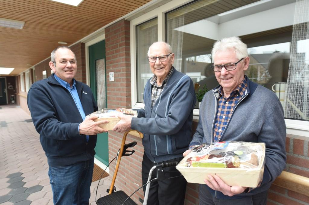 De broers Pieter en Rijn Moerland met gebiedsbeheerder Rinus Hengstmengel (links).  © Eendrachtbode