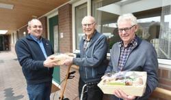 De broers Pieter en Rijn Moerland met gebiedsbeheerder Rinus Hengstmengel (links).