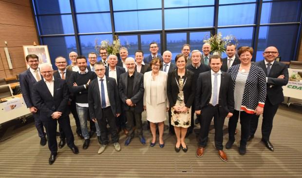 De raadsleden met in het midden burgemeester Ger van de Velde en griffier Wilma Antes.