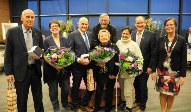 De zeven raadsleden waarvan afscheid werd genomen.