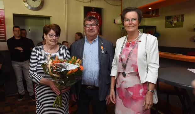 Piet Lisseveld en zijn vrouw Gerda met burgemeester Ger van de Velde.