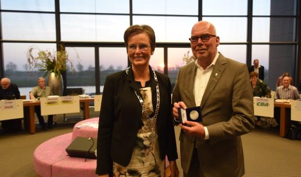 Links burgemeester Ger van de Velde, rechts scheidend wethouder Kees van Dis.