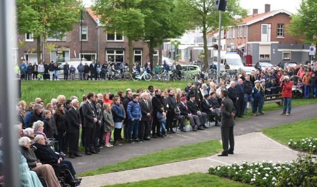 Vele inwoners van de gemeente komen jaarlijks naar Tholen om samen twee minuten stil te zijn.