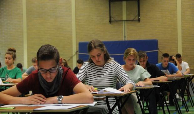 Leerlingen van het Calvijn College in Tholen doen examen wiskunde.