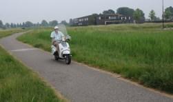 Waar nu een fietspad ligt en het gras hoog staat, komt een 'keerlus' voor auto's met parkeervakken voor de brede school in Westerpoort.