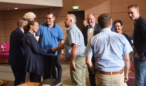 Voor de commissie samenleving moesten maar liefst zeven burgercommissieleden de eed of belofte afleggen. In blauwe polo Vincent Bosch (PVV). Hij kwam om te feliciteren.