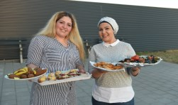 Nour Shhadeh uit Poortvliet (rechts) en de Vossemeerse Amani Alsayed verzorgden de hapjes bij de informatieavond.