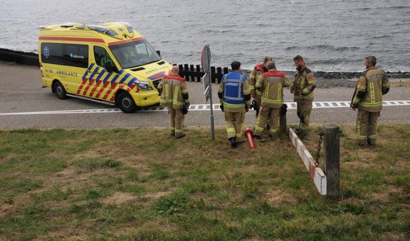 De brandweer haalt het paaltje weg voor de ambulance.