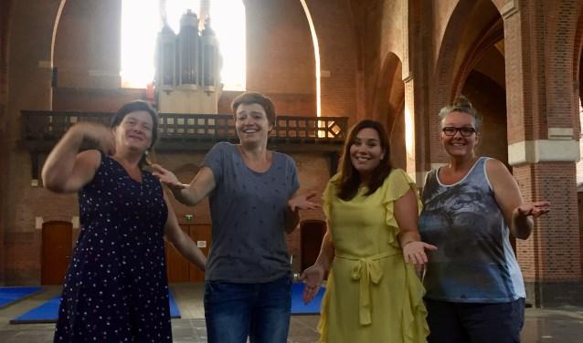 In de nog lege kerk gebaren v.l.n.r. Ingrid van Bezooijen, Esmeralda Bos, Kelly van Slobbe, Patricia Verhaaren van de Kindervakantieweek: 'Er is hier nog niks. Maar allemaal komen, hoor'.