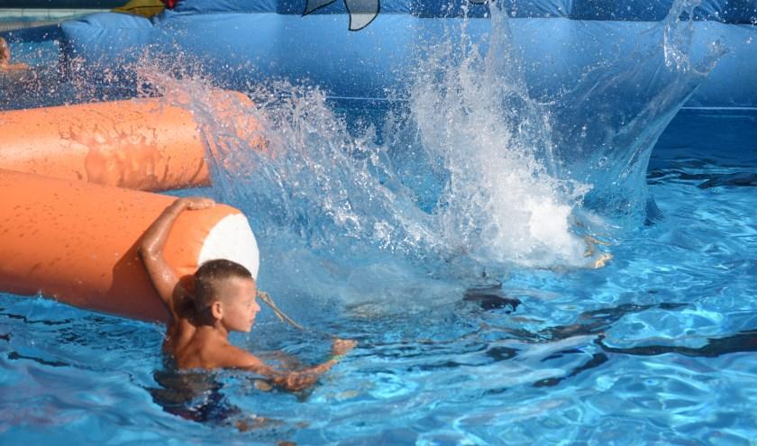 Flink plonsen in zwembad Haestinge.