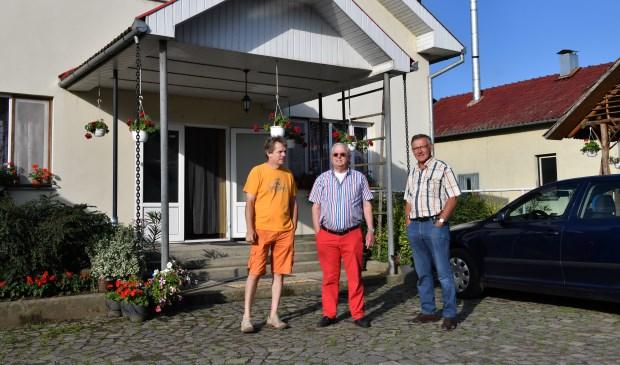 Tolk Jack de Keijzer, Hers van Schouwen en Pieter Bierens bij de directeurswoning van het weeshuis. (Foto Piet Pietjouw)