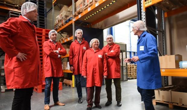 Directeur Peter Knipscheer leidt ondernemers rond. (v.l.n.r.) Johan Klaassens, Perry Boogaard van Skylinq, Arjen Zandijk, Paula en Jan Koedood.