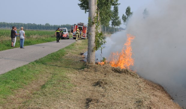 De berm aan de Muiterijweg staat in brand.