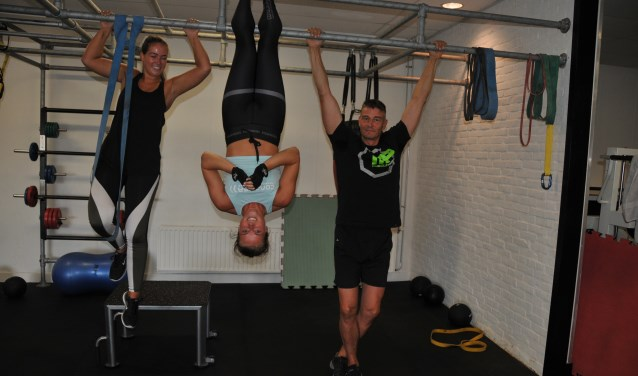 Jan van der Made (rechts) in de sportschool met Rolinde van Bennekom (midden) en Lindy van Bond.