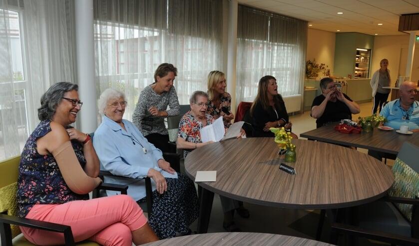 Marie Dane leest tekst voor bij afscheid van Gerda Elshof (links).