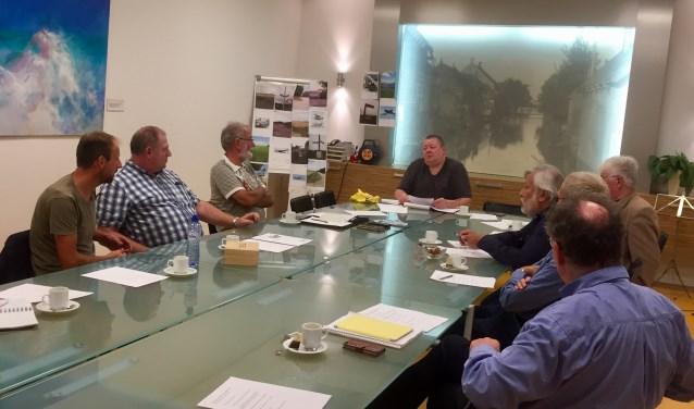 De Studiegroep WO2, een initiatief van Peter Kop die aan het hoofd van de tafel zit, richt zich op gecrashte vliegtuigen en de bemanningen.
