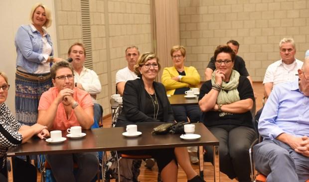 Bezoekers van de terugkomavond van Smerdiek op Weg. Links met microfoon coördinator Bianca Noomen.
