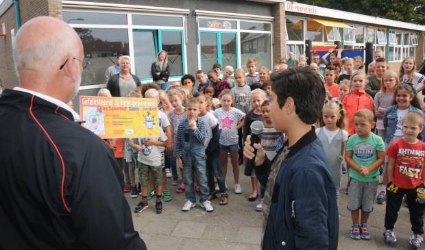 De kinderen van Die Heenetrecht krijgen een kaart  om te gaan zwemmen in De Spetter.