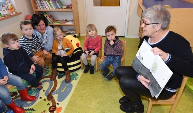 Onderwijsambtenaar Lenie van Dijke leest voor uit prentenboek een Huis voor Harry.