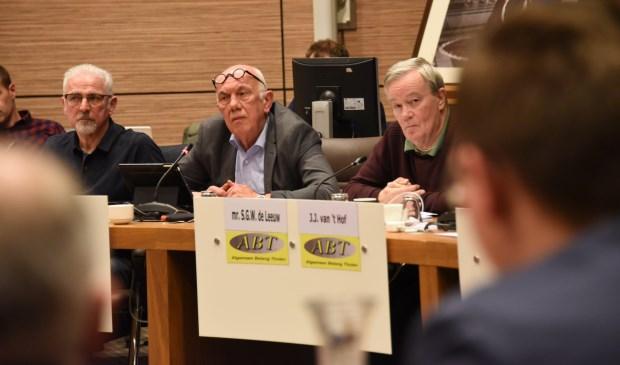 Middenin Jan Heshof (PvdA/GL), links van hem partijgenoot Jacques Dekkers en rechts George de Leeuw van ABT tijdens de raadsvergadering van vorige week donderdag