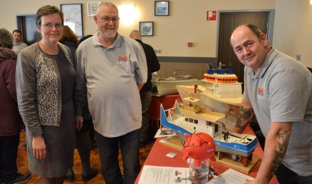 Burgemeester Ger van de Velde  kwam ook even kijken. Johan van Heiningen en John Moerland (rechts) organiseerden de tentoonstelling.