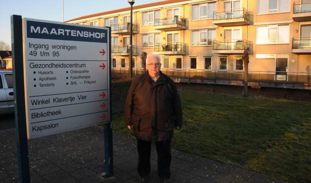 Piet Nuijten op weg naar de prikpost in Maartenshof. Na het vertrek van de tandarts komt er weer een ruimte vrij in het gebouw.