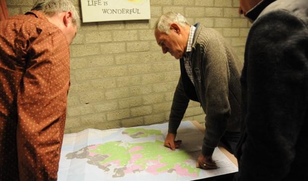 Boeren bekijken de zoewaterkaart van Tholen en Sint-Philipsland.