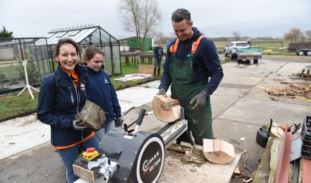 Vrijwilligers klieven hout bij zorgboerderij Buytengewoon in Tholen.