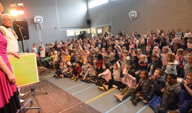 Kinderen van de openbare basisscholen uit Sint-Maartensdijk, Stavenisse en Scherpenisse kijken naar de voorstelling in Haestinge.