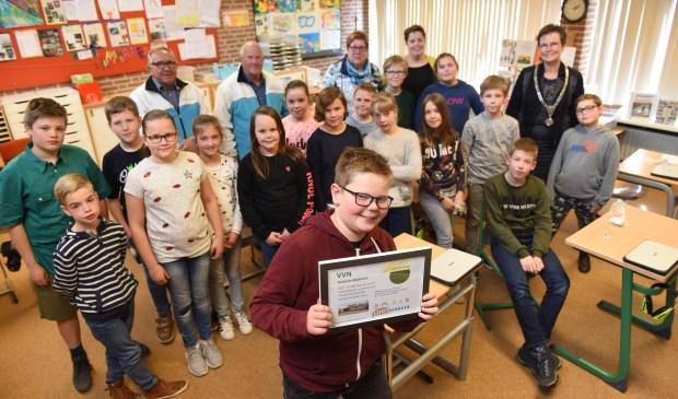 Foto: Jesse de Jong (vooraan) reed het praktijkexamen in Sint-Philipsland foutloos.