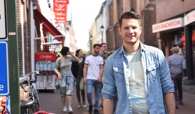 Lennart de Pee in de Kerkstraat in Tholen. Hij wil eind van de zomer het plan voor de middenstandsverenigingen af hebben.