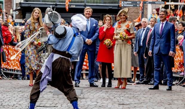Hoevenaars (op de rug gezien) krijgt de Oranjes aan het lachen in Amersfoort.