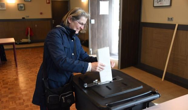 Marja Scherpenisse stemt in Meulvliet.