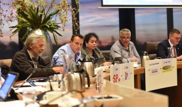 Commissieleden discussiëren over het beleid over arbeidsmigranten. v.l.n.r. Kees Slager (SP), Arjan Deurloo (VVD), Nancy Raas (PvdA/GL), Han van 't Hof (ABT) en voorzitter Vincent Bosch.