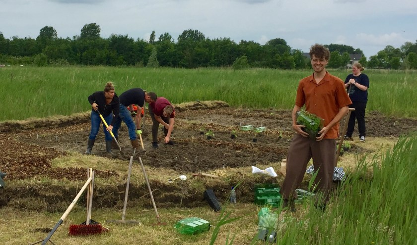 Cliënten van Zorghoeve Kakelbont helpen de proeftuin aanleggen. Vooraan rechts Michael den Boer.