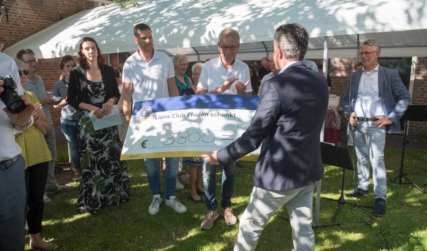 Mariska Dijke, AdriaanNoteboom en Herman Draaijer krijgen de cheque van Anné Sturris.