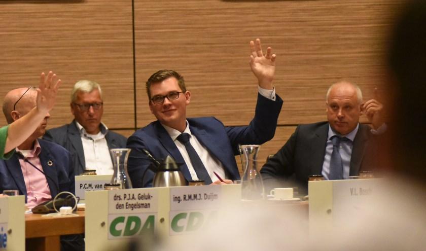 Vincent Bosch (midden) in de Thoolse gemeenteraad.